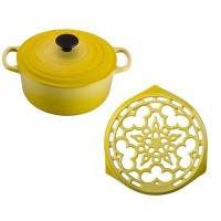 Le Creuset Soleil Enameled Cast Iron 4.5クォートラウンドDutch Oven and Deluxe Round Trivetセット