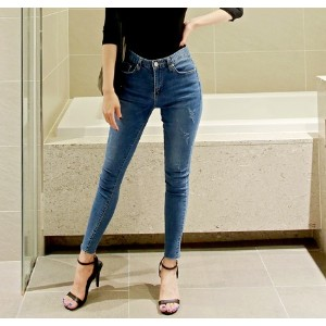 スキニーパンツ-This is skinny pants having neat fit basic washing and fine scratch emphasizing slim