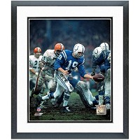 "Johnny Unitas Baltimore Colts NFL Drop Kickアクション写真(サイズ: 22.5 "" X 26.5 CM )フレーム"