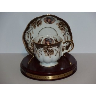 Avon 1999 MRS P。F。E。Albee Honor社会Cup and Saucer