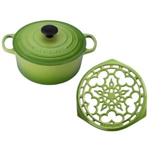 Le Creuset Palm Enameled Cast Iron 4.5クォートラウンドDutch Oven and Deluxe Round Trivetセット