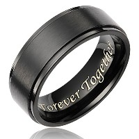 Cavalier Jewelers 8mm メンズリング 黒 チタン製 ウェディングリング 「Forever Together」の彫刻
