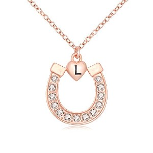 manzhenローズゴールドクリスタルLucky Horseshoe with Initial Letter LOVEハートペンダントネックレス