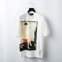 SALE【GUILD PRIME ギルドプライム】 【3.1 Phillip Lim】MENS T-SHIRT W/WOMAN SEATED ON RED STOOL ホワイト メンズ