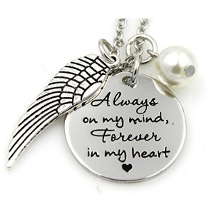 """Whimsical–"""" Always On My Mind、Forever In My Heart """"–シルバートーンコインペンダントネックレス–パールとフェザーチャームアクセント–..."""