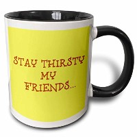 3drose Xander面白い引用–Stay Thirsty My Friends、ブラウンLettering onイエロー背景–マグカップ 11-oz Two-Tone Black...