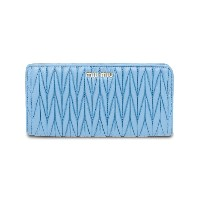 Miu Miu Matelassé zip around wallet - ブルー