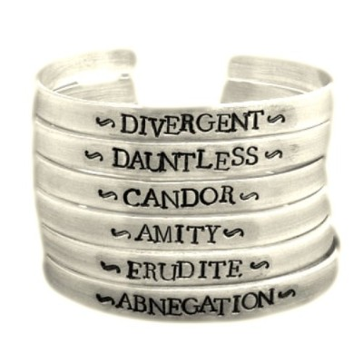 Divergent Inspired – Faction ( 1つ選択) – ダイバージェント、ドーントレス、アブネゲーション、Amity、CandorまたはErudite – A Hand...